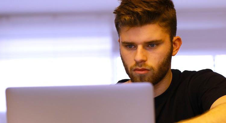 Student za laptopem